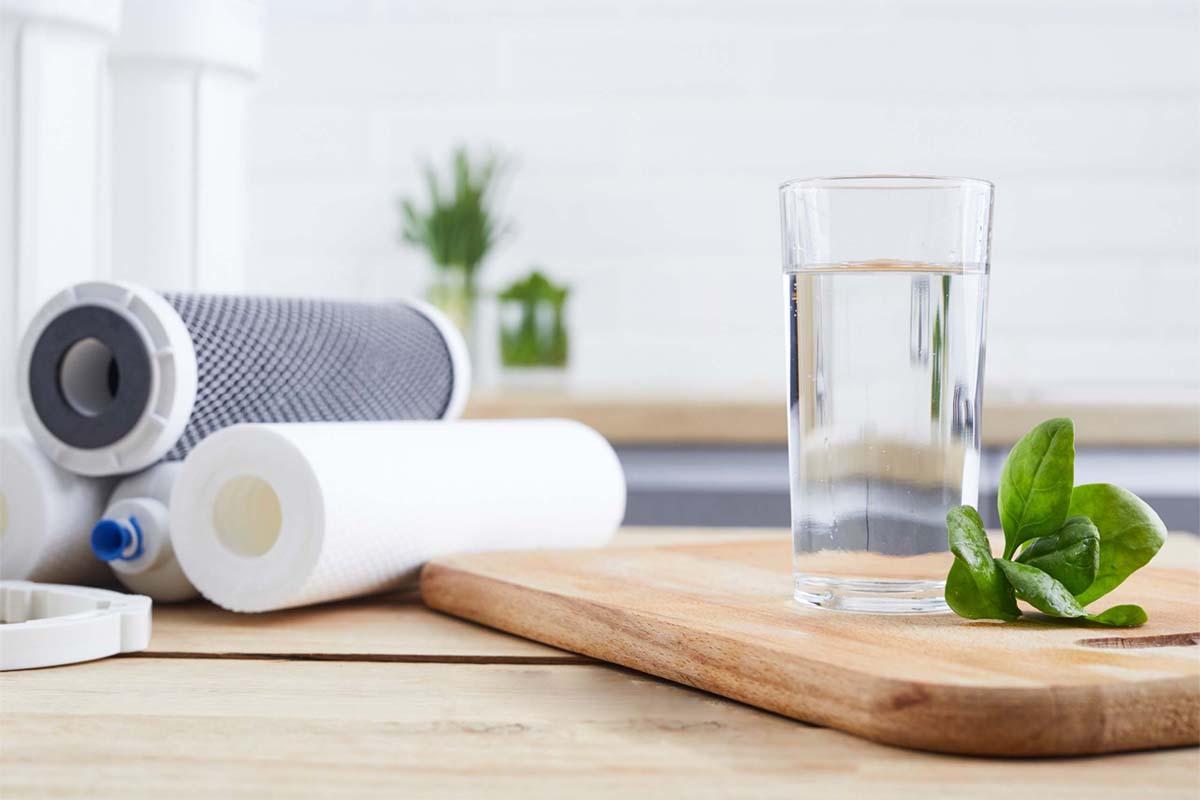 Ersatzfilter Osmoseanlage und ein Glas Wasser