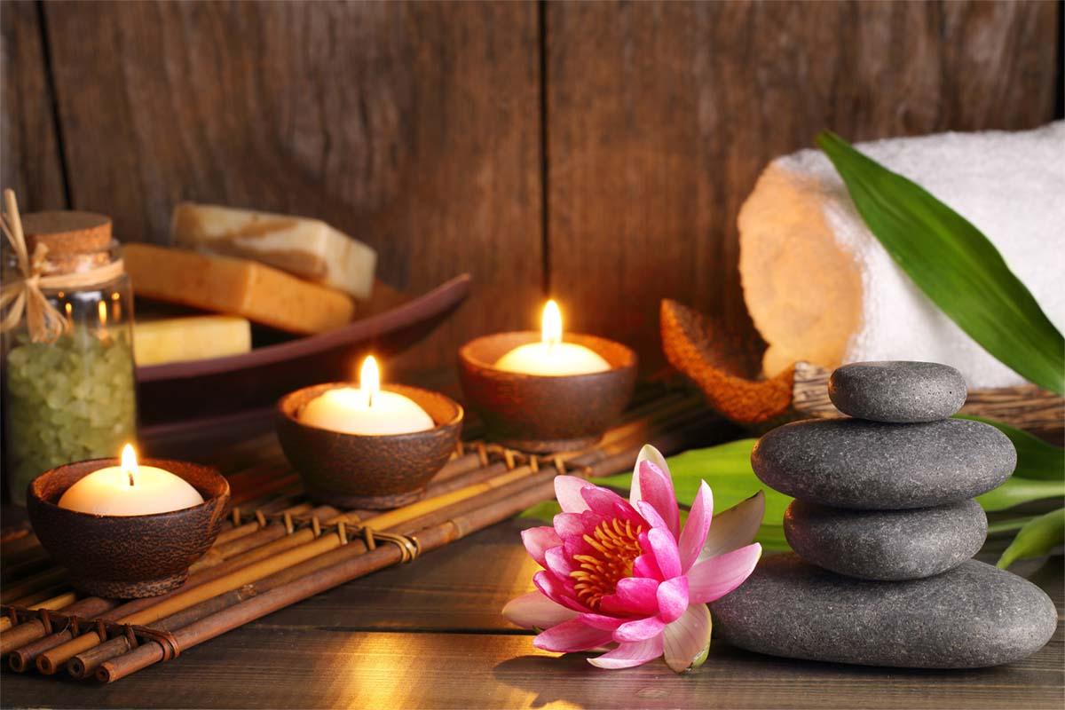 Kerzen Handtuch und Steine für Wellness